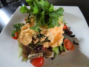 ムシドリと生野菜のピリ辛長芋ソースがけ