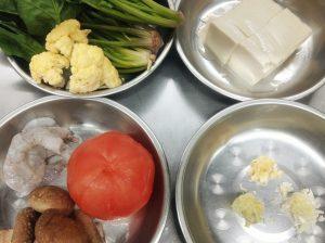 エビ・トマト・豆腐・ほうれん草のあっさり煮込み