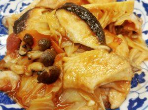鮭とキャベツのトマト煮込み